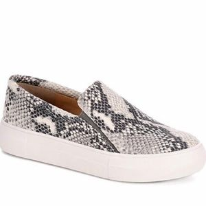 🆕 Vince Camuto Snake Skin Print Slip On Sneaker